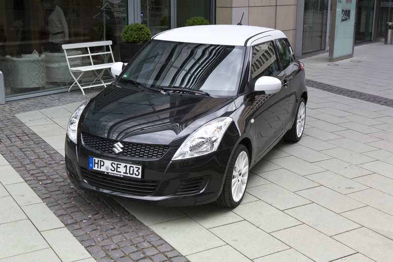 Suzuki Swift Black White in Cosmic Black Pearl Metallic