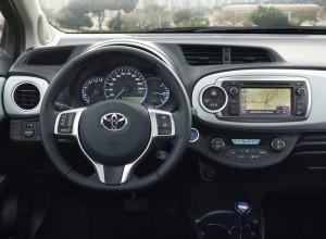 Das Cockpit des Toyota Yaris Hybrid