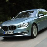 BMW Active Hybrid 7 in Blau (Fahraufnahme)