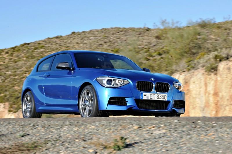 BMW M135i in Blau in der Front- Seitenansicht