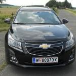 Schwarzer Chevrolet Cruze Kombi in der Frontansicht