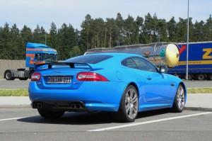Jaguar XKR-S in Blau in der Heckansicht