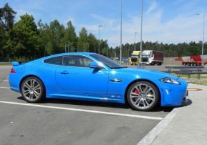 Blauer Jaguar XKR-S in der Seitenansicht
