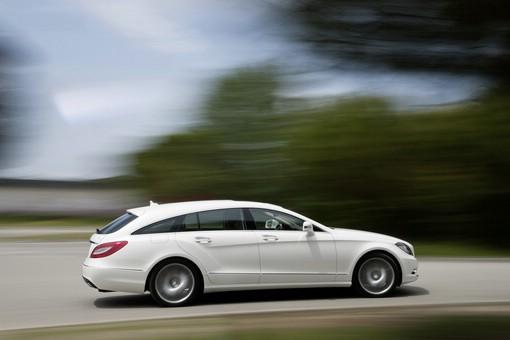 Weißer Mercedes-Benz CLS Shooting Brake (Fahraufnahme)
