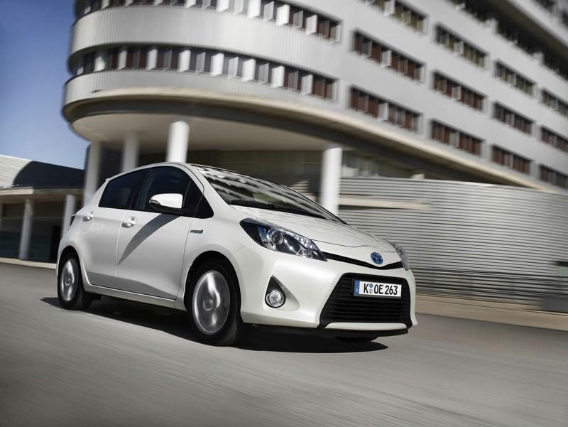 Der Yaris Hybrid von Toyota in Weiss