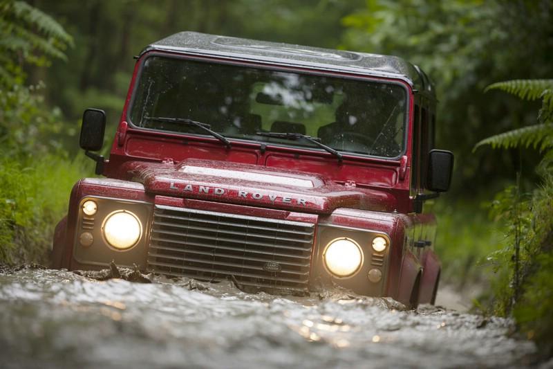 Land Rover Defender im Wasser