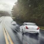 Der Jaguar XF AWD und XJ AWD auf nasser Fahrbahn