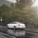 Weisser Jaguar XJ AWD in der Heckansicht