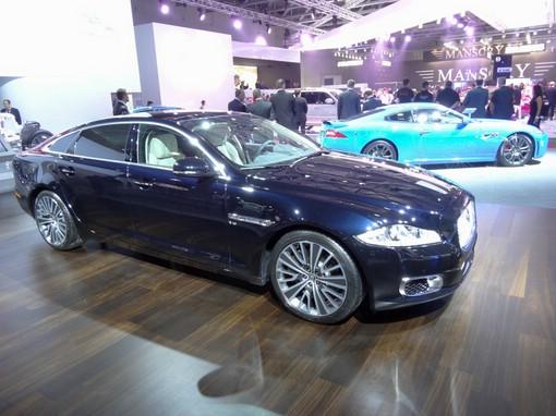Jaguar XJ mit Allradantrieb in Blaumetallic