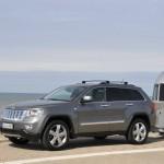 Der Jeep Grand Cherokee Overland Summit zieht einen Wohnwagen
