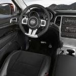 Das Cockpit des Jeep Grand Cherokee SRT