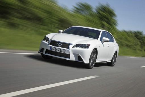 2012 Lexus GS 450h F-Sport in Weiß (Frontansicht, Fahraufnahme)