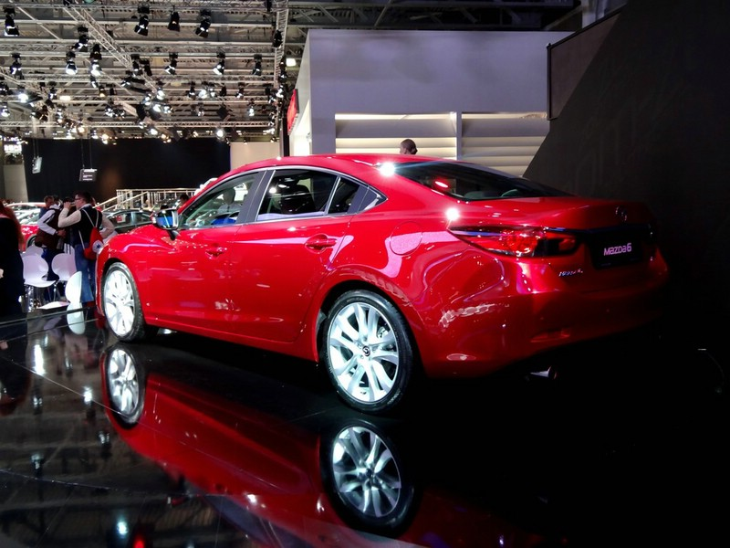 Der neue Mazda6 in der Seiten- Heckansicht