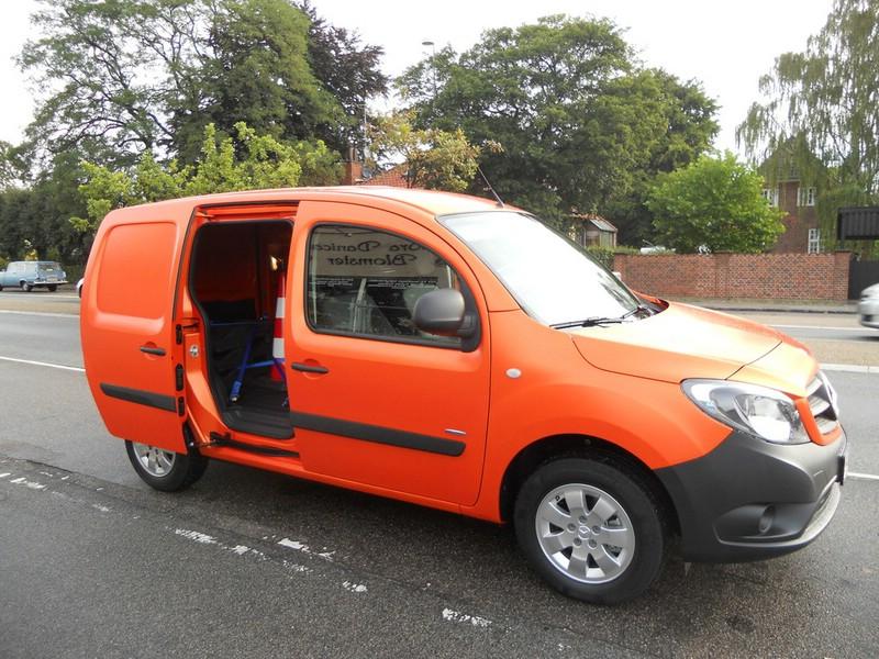Der neue Mercedes-Benz Citan in Orange (Schiebetür geöffnet)