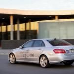 Silberner Mercedes-Benz E 300 Blue Tec Hybrid in der Heck- Seitenansicht