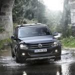 Volkswagen Amarok in der Frontansicht (im Wasser)