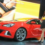 Roter Opel Astra OPC auf der Automesse in Moskau
