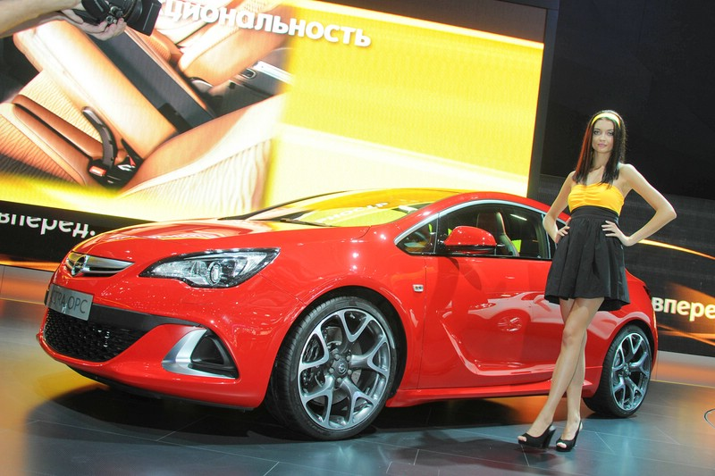 Roter Opel Astra OPC auf der Automesse in Moskau