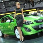 Grüner Opel Corsa 2012 auf der Moskauer Automesse