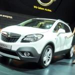 Russische Hostess präsentiert in Russland den Opel Mokka