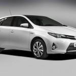 Weißer Toyota Auris Hybrid von der Seite