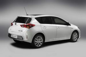 Toyota Auris Hybrid in der Seitenansicht und das Heck