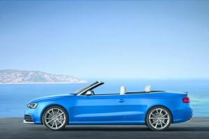 Blauer Audi RS 5 Cabriolet in der Seitenansicht