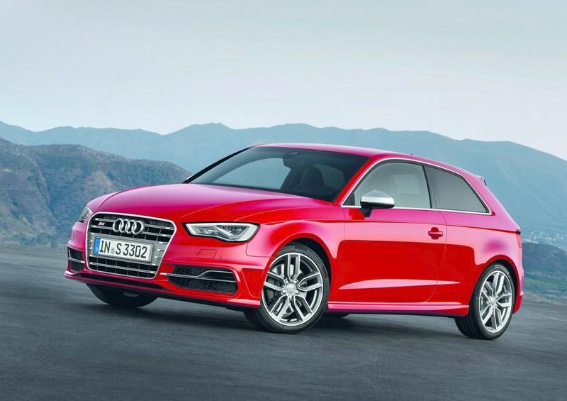 2013-er Audi S3 in Rot in der Front- Seitenansicht