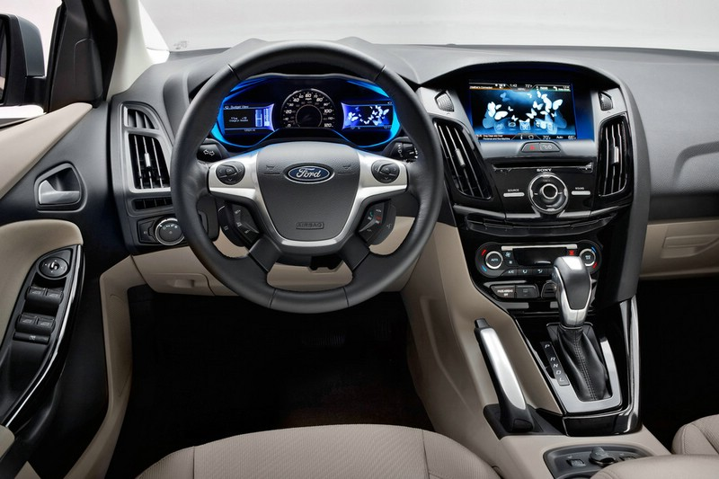 Das Cockpit des Elektroautos Ford Focus Electric