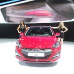 Messegirls stellen den Hyundai i30 vor - auf der Paris Motor Show 2012