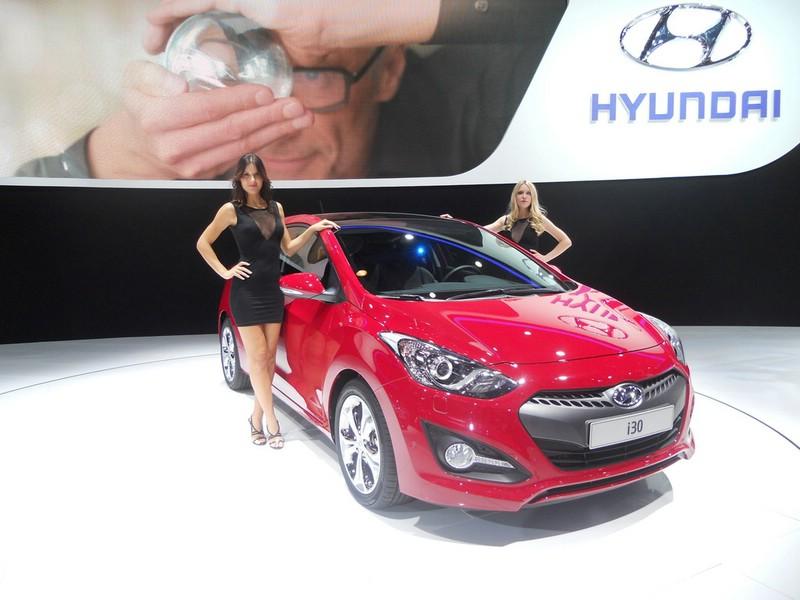 Hostessten präsentieren auf der Pariser Automesse den Hyundai i30