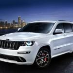 Weisser Jeep Grand Cherokee SRT Limited in der Front- Seitenansicht