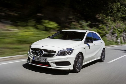 Weisser Mercedes-Benz A 250 in der Frontansicht (Fahraufnahme)