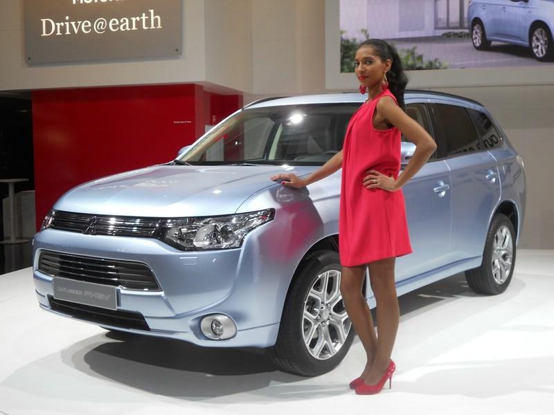 Mitsubishi Outlander PHEV + Hostess auf dem Pariser Autosalon 2012