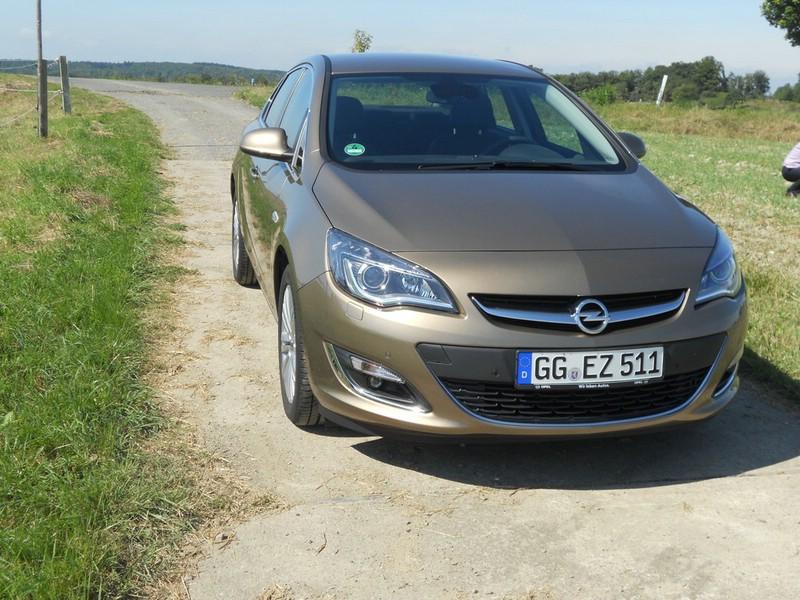 Opel Astra Limousine von vorne