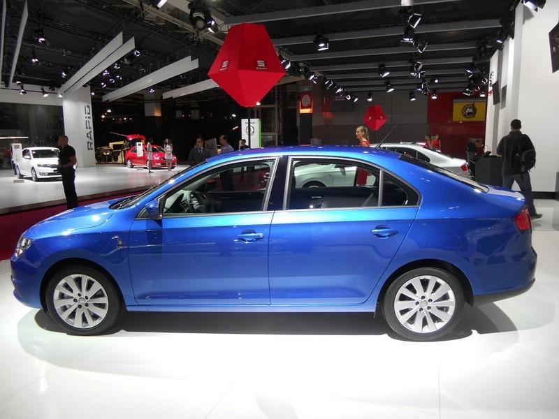 Neuer Seat Toledo in der Seitenansicht (Farbe Blau)