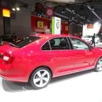 Roter Skoda Rapid auf der Pariser Automobilmesse 2012
