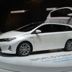 Weisser Toyota Auris Touring Sports in der Seitenansicht