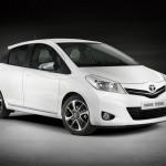 Weisser Toyota Yaris Trend in der Front- Seitenansicht