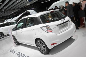 Weißer Toyota Yaris Trend in der Heckansicht