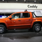 Neuer Volkswagen Amarok Canyon in Rot-Orange in der Seitenansicht