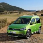 Vimperngrüner VW Cross Caddy in der Frontansicht