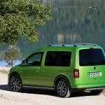 VW Cross Caddy in Viperngrün in der Heckansicht