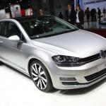 Silberner Volkswagen Golf 7 auf der Automesse in Paris