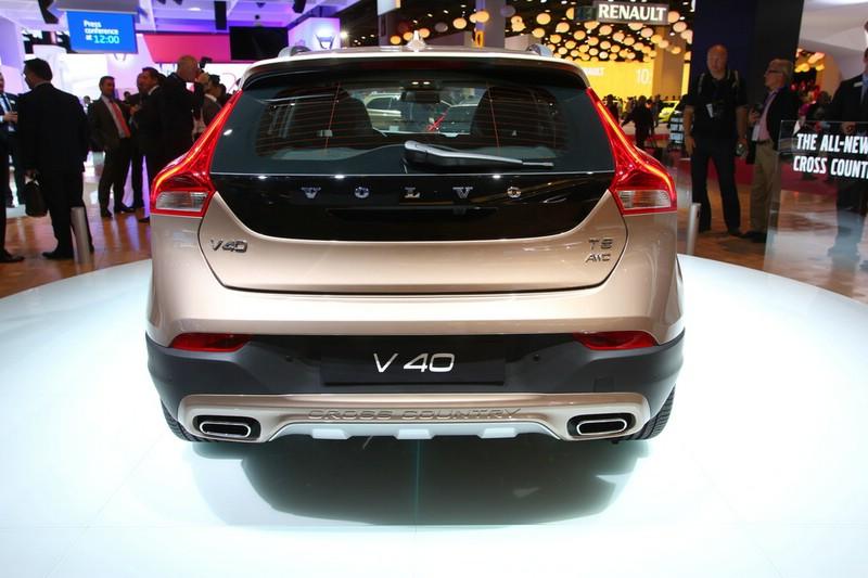 Volvo V40 Cross Country in der Heckansicht auf der Paris Motor Show 2012