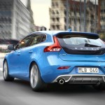Blauer Volvo V40 R-Design in der Heckansicht (Rebel Blue)