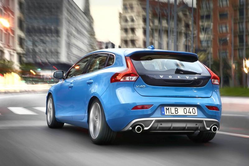 Blauer Volvo V40 R-Design in der Heckansicht (Rebel Blue)