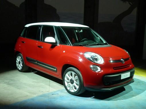 Fiat 500L in Rot mit weissem Dach