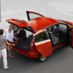 Roter Ford B-Max - geöffnete Türen