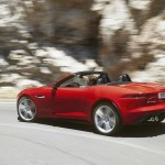 Roter Jaguar F-Type in der Seiten- Heckansicht